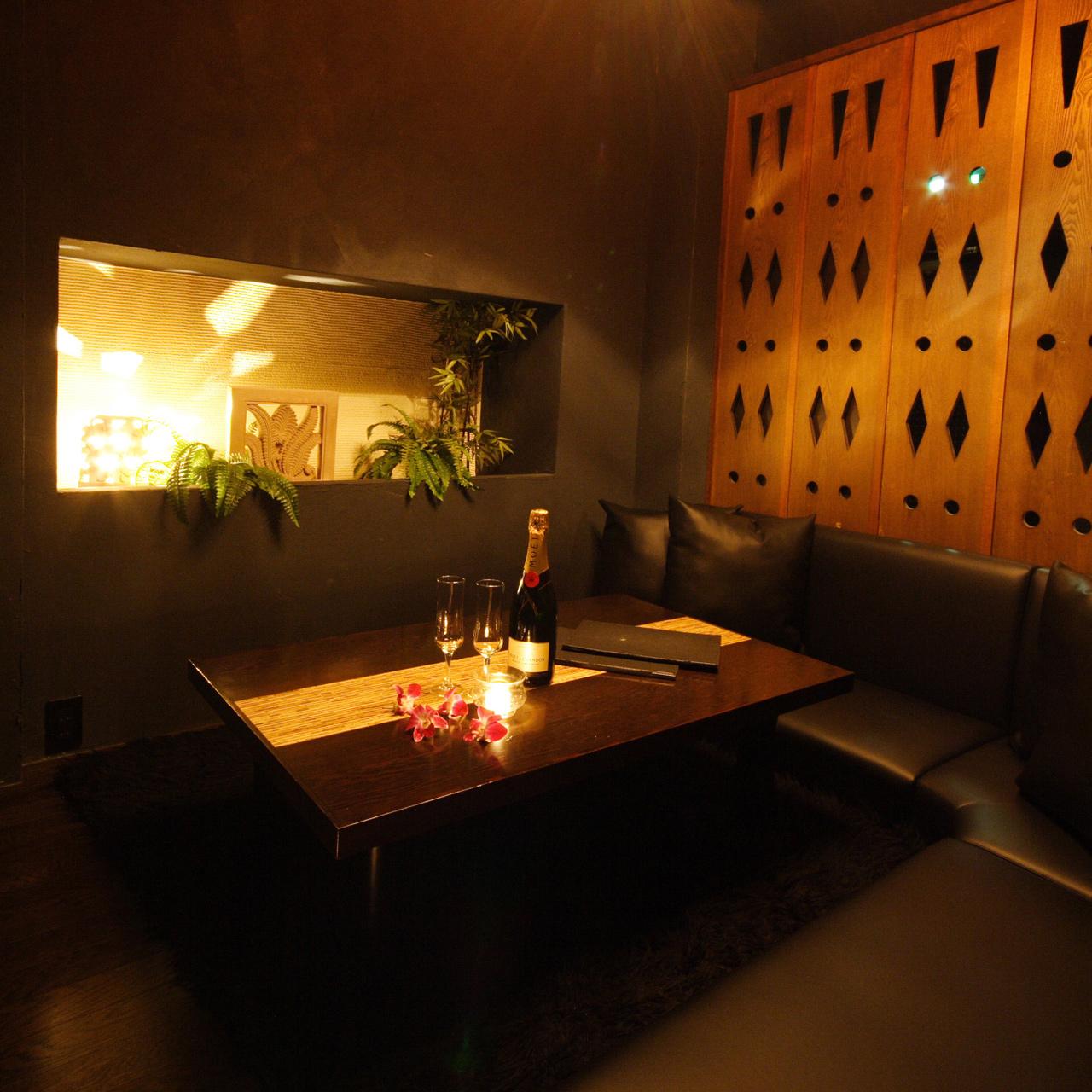 床上タイプの寛げるスペースで、エキゾチックな雰囲気がカップルに人気の個室です。