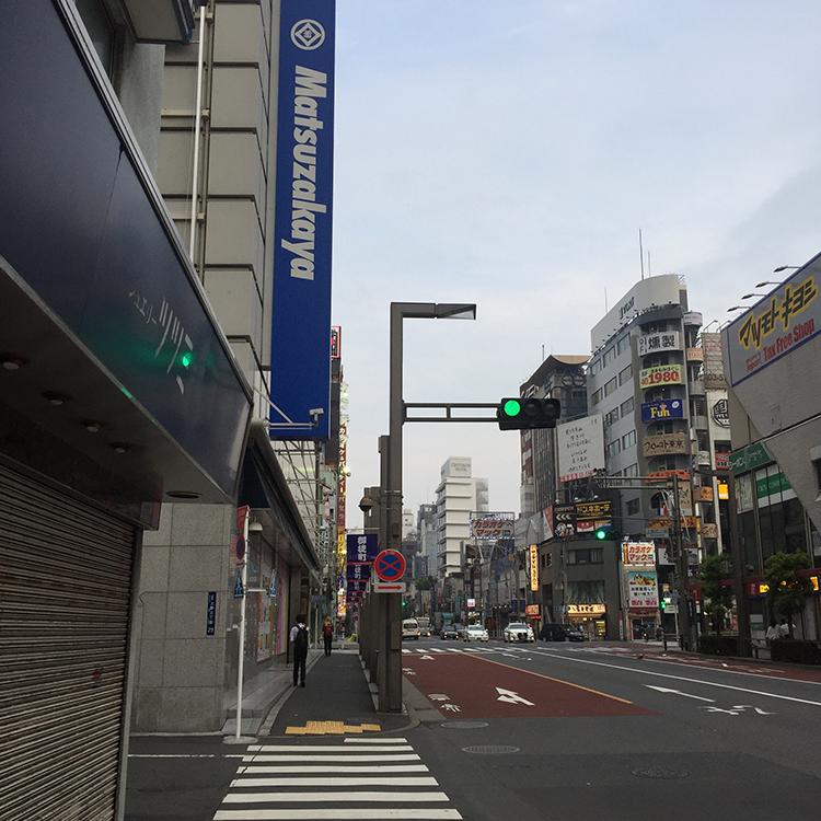上野松坂屋さんの通りをまっすぐ進みます。