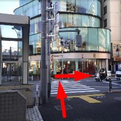 横断歩道を渡り右手に進みます。<br>正面は高級スポーツカーのお店です