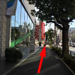 外苑東通りを直進します。正面には当店の看板が見えます