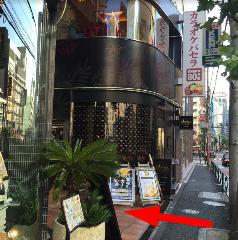 お店の前まで来たら小さな階段を3段上がってください