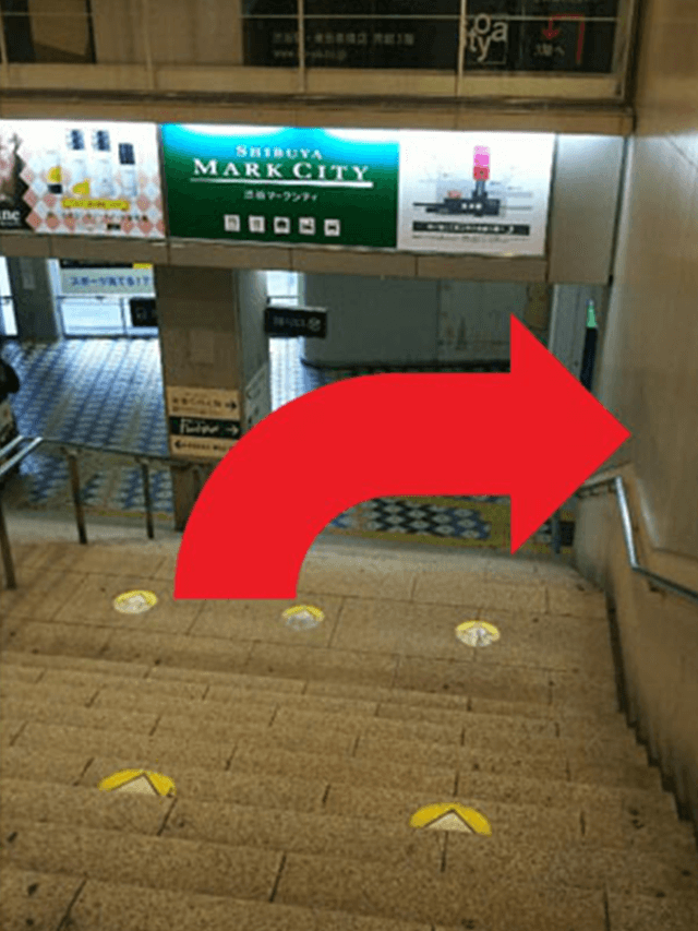 2.階段を下りましたら、右に曲がります。