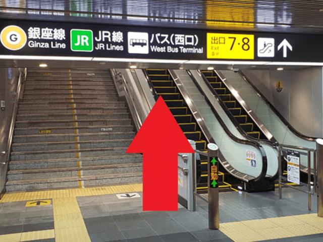 2.エスカレーター(もしくは階段)を上がっていきます。
