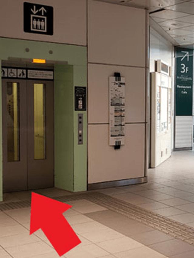 2.真っ直ぐ進んでいると、左斜め前にエレベーターがありますので、そちらで下へ向かってください。