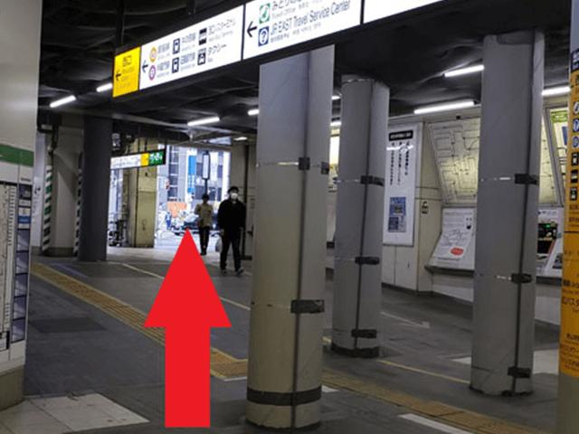 1.JR西口方面の改札を出て左へ行きます。