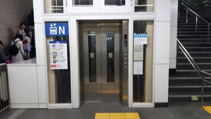 エレベーターを降りて右へ。正面にあるエレベーターで「地下中1階」へ。