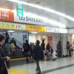 〔歌舞伎町方面出口〕の階段を上る。目的地は【パセラリゾーツ新宿歌舞伎町】<br>★POINT★迷った時は【ロボットレストラン】さんを目指してください♪