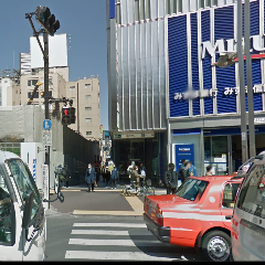 右に【みずほ銀行】さん、手に【洋服の青山】さんに挟まれた細い道を【靖国通り】に向かって直進してください。