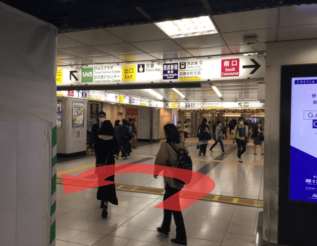 改札を出て右へ進み、左にエレベーターがあります。