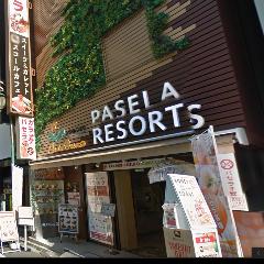 そのまま【さくら通り】を直進します!右手に【パセラリゾーツ新宿歌舞伎町店】が見えてきます!1Fが総合受付ですのでお気軽にお声かけください♪