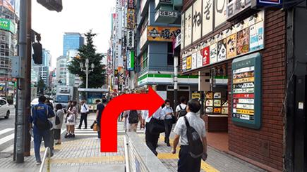 「ファミリーマートさん」と「松屋さん」の間の路地を右へ。(さくら通り)