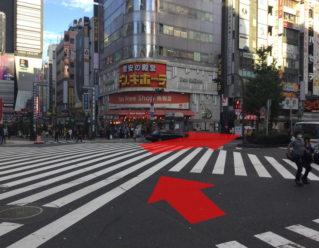 横断歩道を渡り右へ進みます。