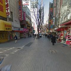大通りに向かって真っ直ぐ進んでください。
