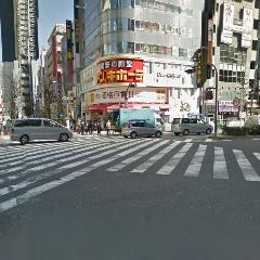 目の前に「ドンキホーテ」さんが見えてきます。大通りを渡って「ドンキホーテ」さんの目の前まで行ったら「右」に曲がってください。