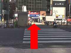 こちらの横断歩道を渡りきって、「メガネスーパーさん」の左側路地へ。