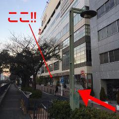見えました!この白いビルの4階が当店です。ビル前にはスロープもあるので便利です♪そのまま奥のエレベーターで4階にどうぞ!当ビル3Fにはおむつ交換スペースもございます。