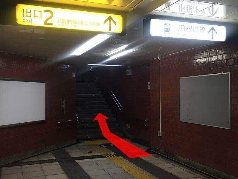 地下鉄関内の2番出口を地上にでて左手に進みます。