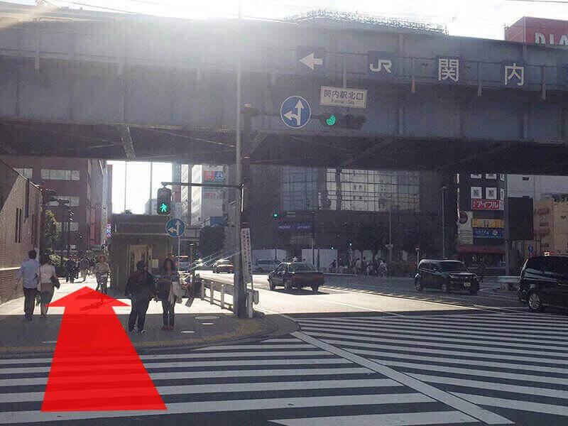 左手にJRの関内駅が見えてきます。そのままJR線の高架下をくぐり真っ直ぐ進みます。><p class=