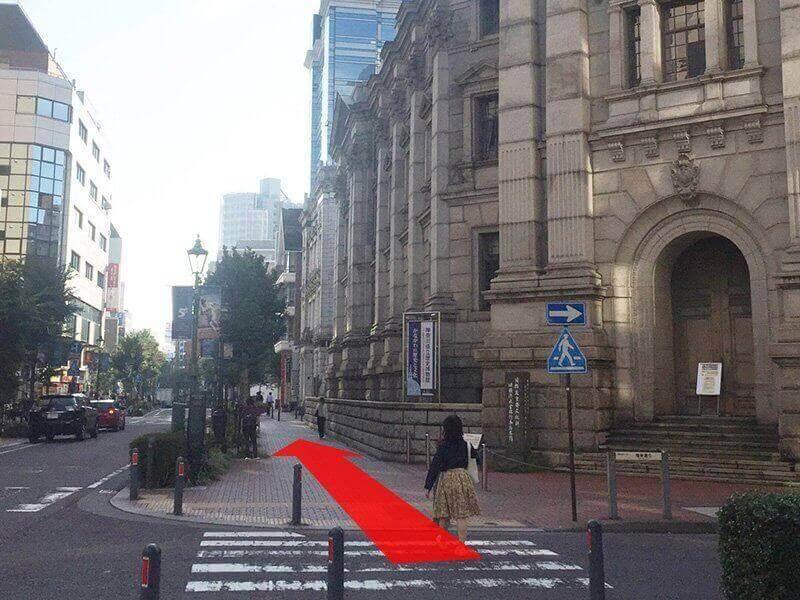 右手に歴史博物館を見ながら、そのまままっすぐ馬車道を進みます。><p class=