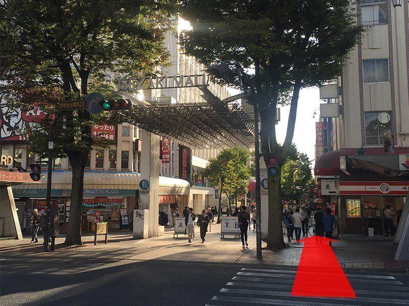 伊勢佐木モール(商店街)が見えてくるのでそのまま、まっすぐに進みます。><p class=