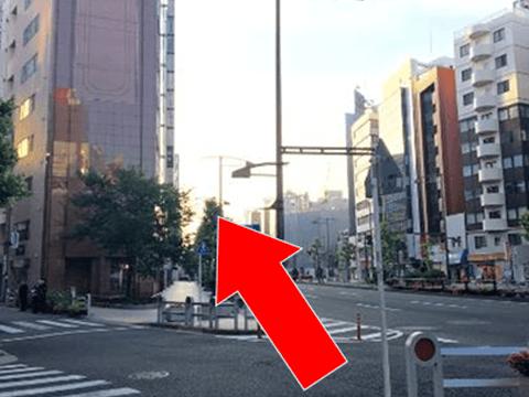 大通り沿いにまっすぐお進みください。><p class=