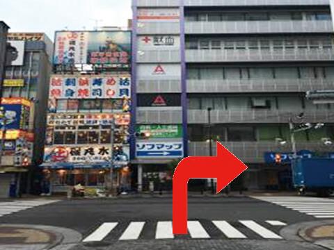 突き当りを右にお進みください。><p class=