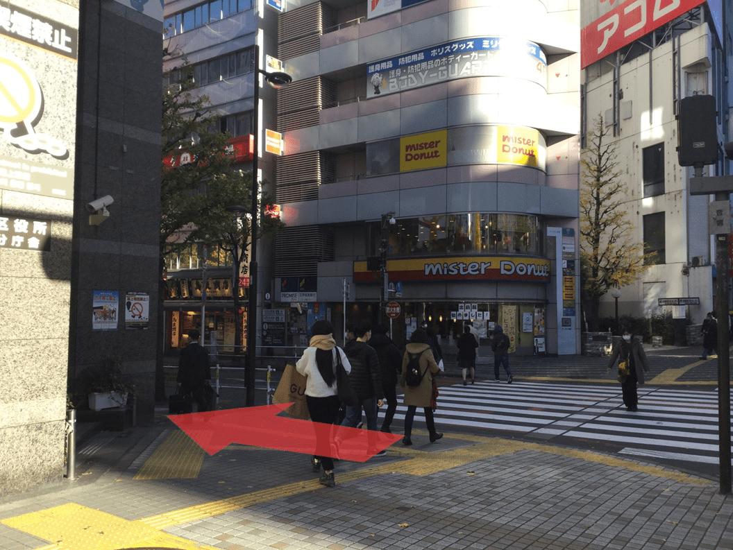 「新宿区役所前」交差点を左へ進みます。