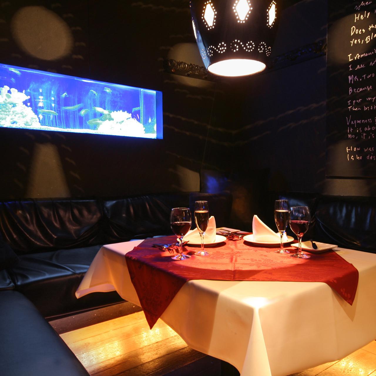 カーテンで仕切られた半個室は、バハマールで1番人気のお席です。ご利用の際には事前のご予約をお奨め致します。