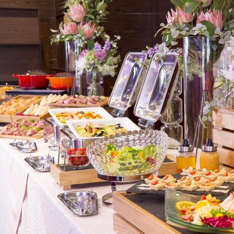 お食事は季節・プラン等により異なります。ビュッフェイメージ