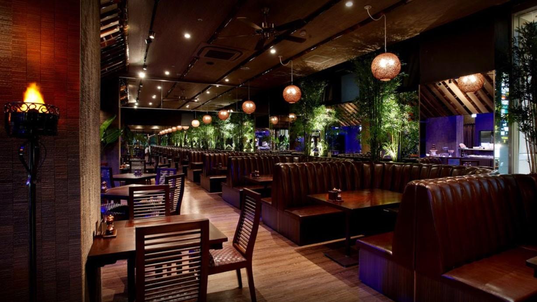広々としたグリルエリアはバリ島のジャングルの中のレストランをイメージ。