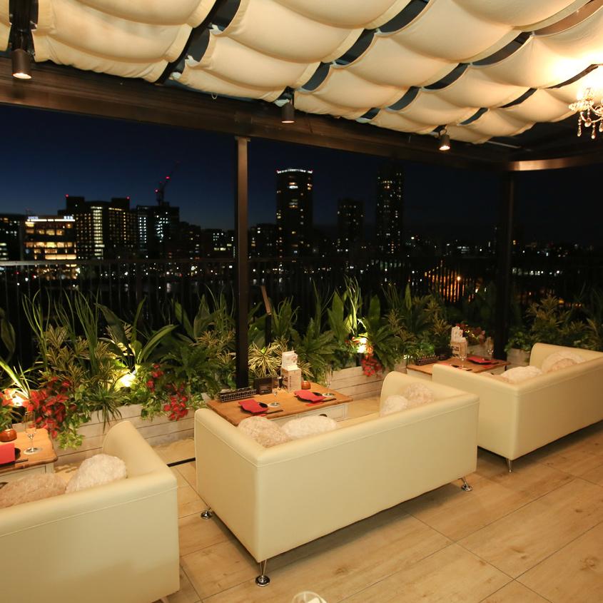 デートや記念日にも最適な上野の夜景を見下ろすカップルシート。