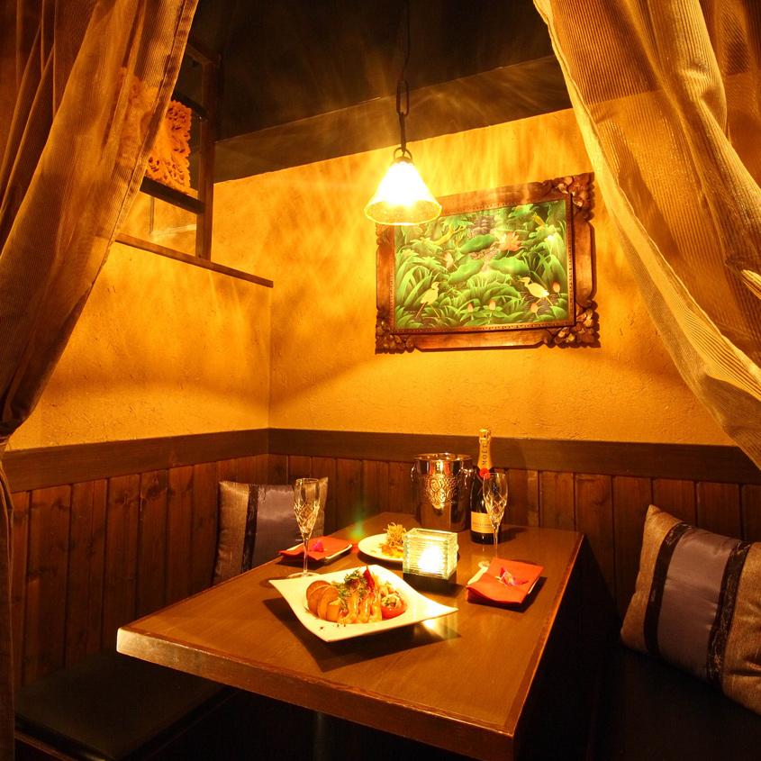 バリの雰囲気を漂わせるカーテンで仕切られた半個室。
