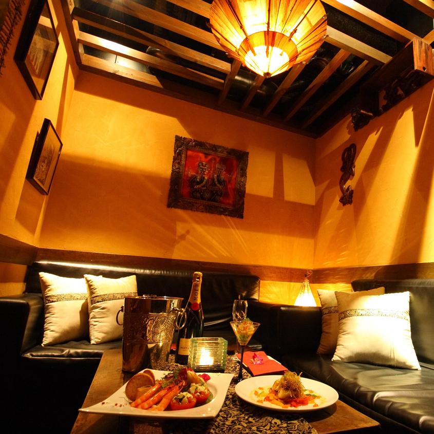 バリの調度品で飾られた完全個室。